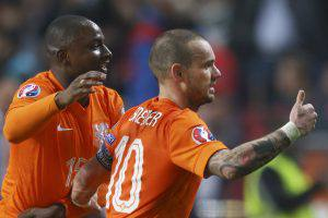 Netherlands' Wesley Sneijder, right, celebrates scoring his side's first goal with Netherlands' Jetro Willems, left, during the Euro 2016 group A qualifying soccer match between the Netherlands and Turkey at Arena stadium in Amsterdam, Netherlands, Saturday, March 28, 2015. (AP Photo/Peter Dejong)