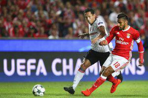 epa05538336 Benfica's Eduardo Salvio (R) in action against Besiktas' Adriano (L) during the UEFA Champions League group B soccer match between Benfica Lisbon and Besiktas Istanbul at Luz Stadium in Lisbon, Portugal, 13 September 2016. EPA/MARIO CRUZ