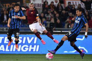 AS Roma's Radja Nainggolan (C) vies for the ball with FC Inter's players Yuto Nagatomo (L) and Jeison Murillo during the Italian Serie A soccer match between AS Roma and FC Inter at the Olimpico stadium in Rome, Italy, 19 March 2016. ANSA/ETTORE FERRARI
