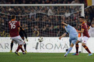 Foto Marco Rosi/LaPresse 08 04 2013 Roma ( Italia ) Sport Campionato di calcio Serie A TIM 2012/2013 AS Roma - SS Lazio allo Stadio Olimpico di Roma. Nella foto : il gol di Hernanes Foto Marco Rosi/ LaPresse 08 04 2013 Rome ( Italy ) Sport Football Italian Championship Season 2012/2013 AS Roma vs SS Lazio in Rome at Olympic Stadium . In the picture SS Lazio's player SS Lazio's player Anderson Hernanes scores a goal